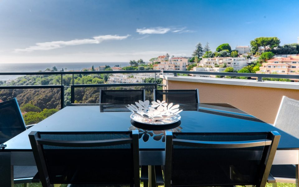 Luxurious 5-room apartment on the top floor with large terrace sea view