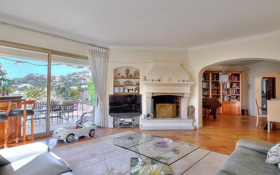 On the heights of Nice, large family house of 267 m² for sale