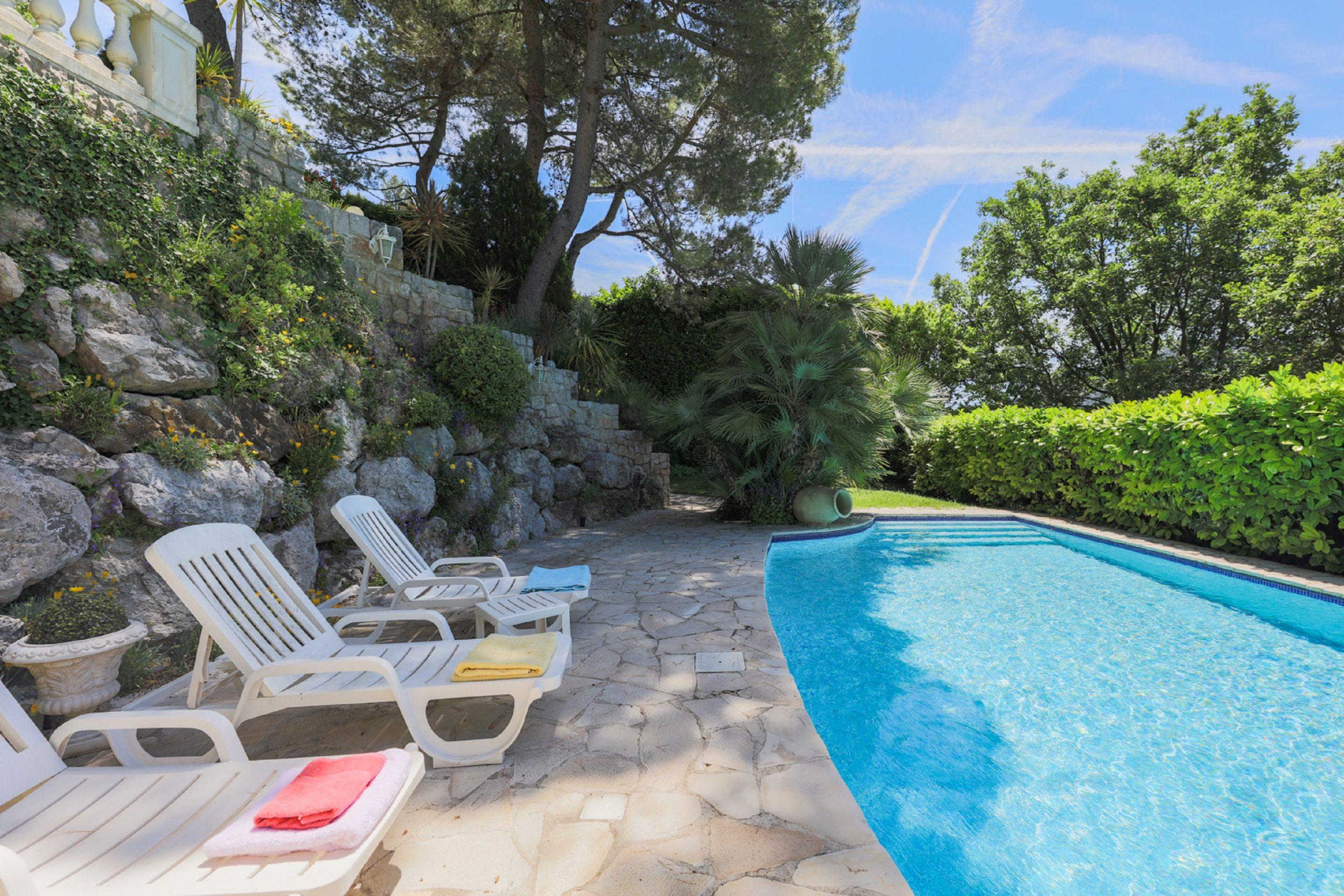 Tourrette-Levens – Grande villa provençale sur un terrain arboré avec piscine